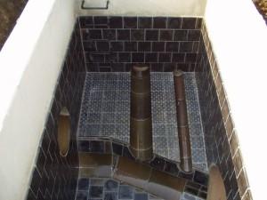 Verschiedene Basaltteile als Auskleidung einer Kammer
